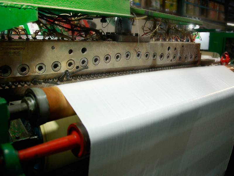 công đoạn tráng ghép mành pp dệt với lớp màng đã in ấn