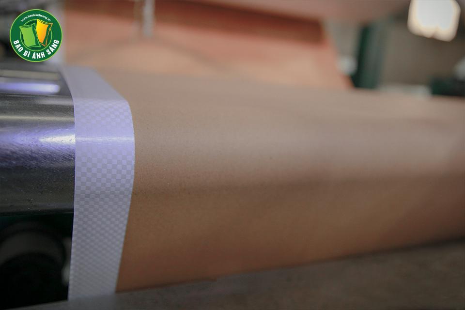 Cuộn vải PP được ghép với giấy thông qua lớp keo nhựa PP