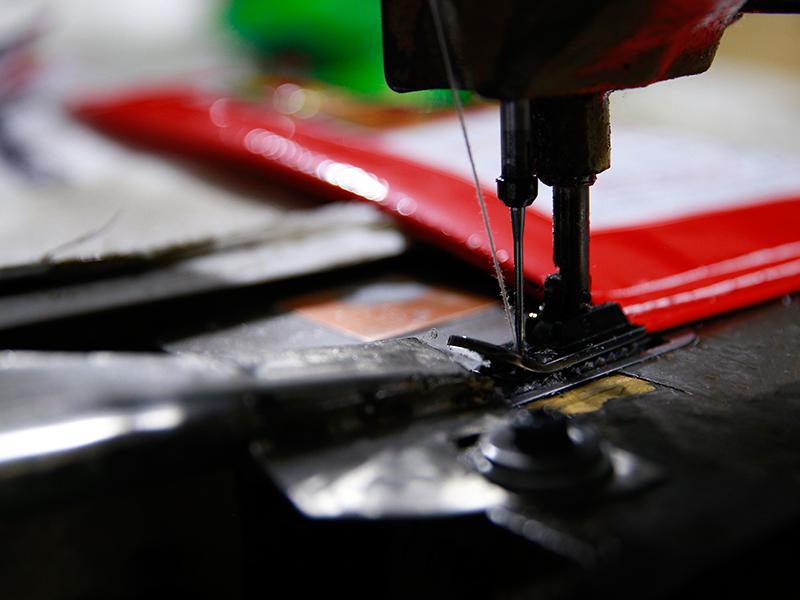 Hình ảnh công đoạn may bao bì - sản xuất bao bì nhựa