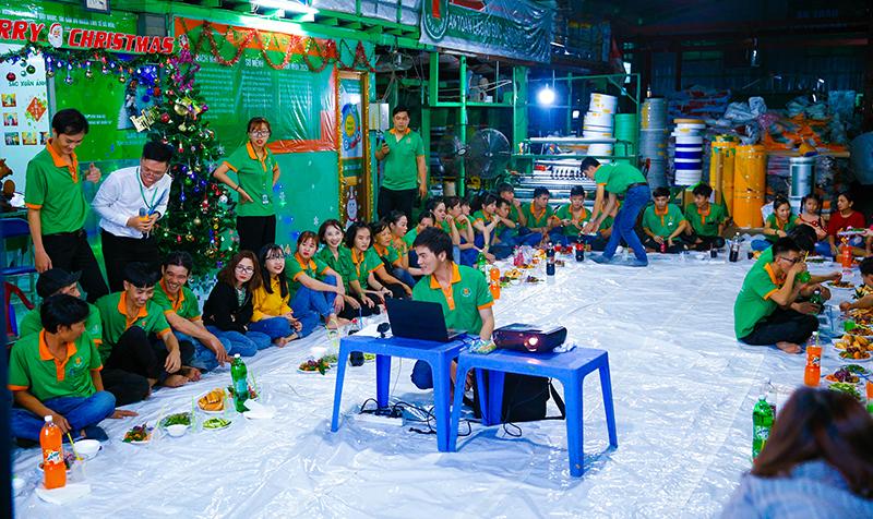 """Mọi người quay quần bên sân khấu nhỏ, chia sẻ những chuyện vui đêm giáng sinh và """"nhập tiệc"""" tưng bừng trong không khí vui tươi, rạo rực."""