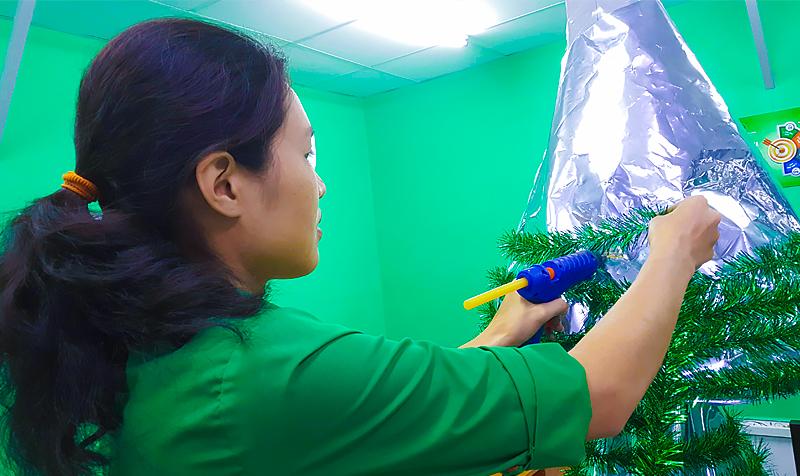 Giáng sinh thì không thể thiếu cây thông noel phải không nào? Và đây – ý tưởng làm cây thông từ chất liệu bao trắng ghép màng metalize của các cô nàng xinh xắn phòng Kinh Doanh.