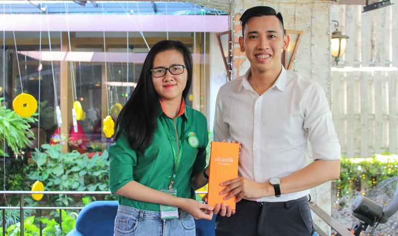 Đại diện Bao Bì Ánh Sáng được khách hàng thương mến mời lưu lại kỷ niệm trong những bức ảnh thể hiện tình cảm gắn kết giữa doanh nghiệp với doanh nghiệp.
