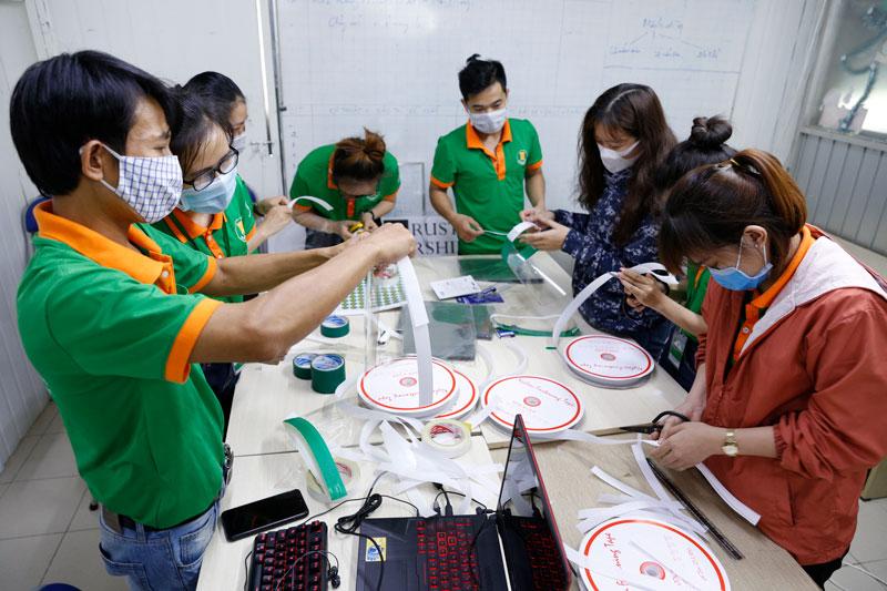 đội ngũ nhân viên Bao Bì Ánh Sáng đang làm ra những chiếc kinh