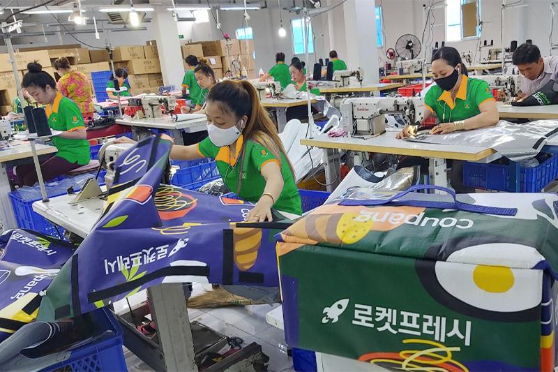 Nên chọn công ty, nhà xưởng uy tín và đảm bảo về quy mô sản xuất, chất lượng sản phẩm - xưởng may túi giữ nhiệt