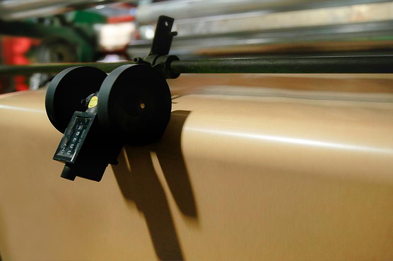 Công đoạn tráng đối với mành PP ghép giấy Kraft (lấy hình ở công đoạn 3 trong quy trình sản xuất bao Kraft) - mành pp dệt