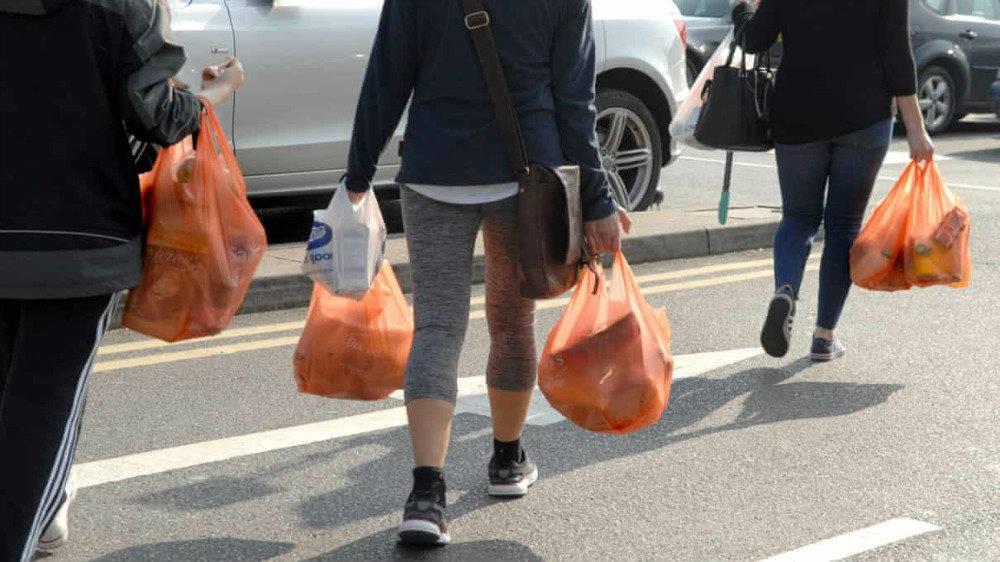 Những người mua sắm mang theo túi nilon dùng một lần bên ngoài Sainsbury's ở Balham, phía Nam London, Anh. Ảnh: Gill Allen/Rex/Shutterstock - giá túi nilon dùng một lần ở anh