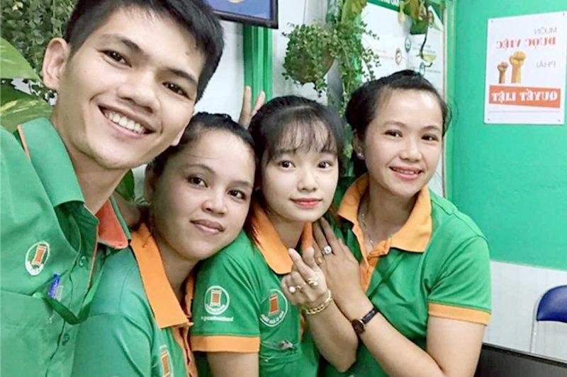 Chị Ngọc Anh cùng các đồng nghiệp tại Bao Bì Ánh Sáng