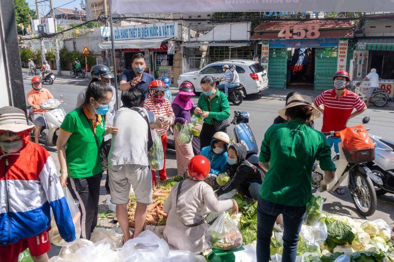 Hình ảnh người dân tích cực mua ủng hộ rau củ Hải Dương