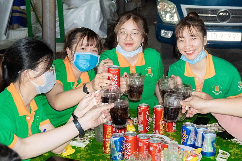 Nhân viên Công ty Bao Bì Ánh Sáng cùng nâng ly chúc mừng năm mới