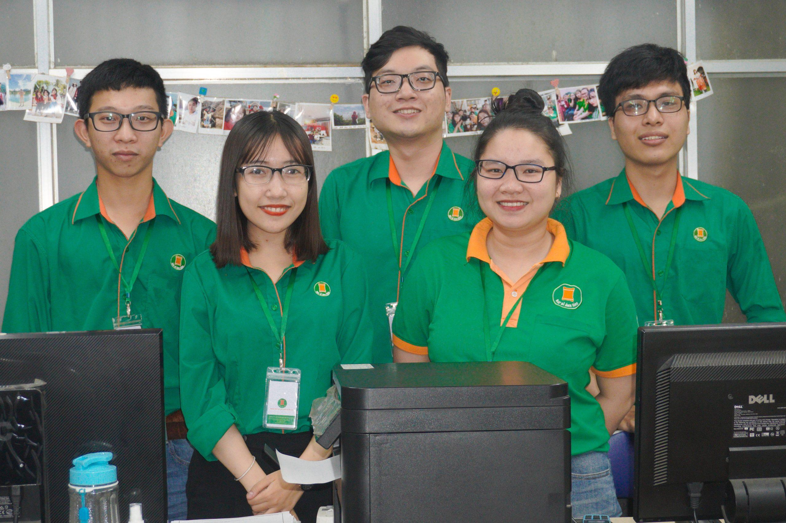 Thảo Trinh cùng các thành viên phòng kế toán